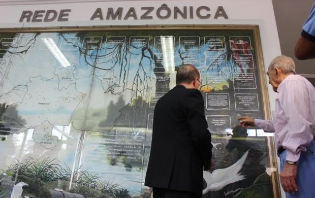 Dom Sérgio Castriani faz a bênção do novo painel da Rede Amazônica (Foto: Katiúscia Monteiro/ Rede Amazônica)