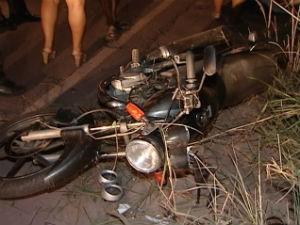 Motocicleta em que rapaz ficou ferido (Foto: Reprodução/TV Gazeta)