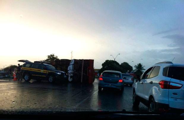 Caminhão tombou na pista e deixou trânsito lento na BR-226, em Macaíba (Foto: Jocaff Souza/G1)