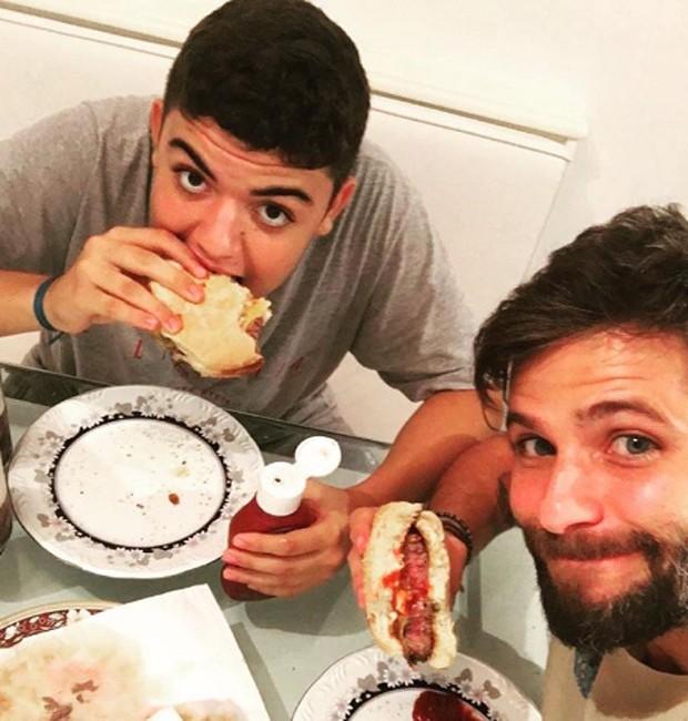 Bruno Gagliasso saboreia hambnúrguer ao lado do primo, Lucas Gagliasso (Foto: Reprodução/Instagram)