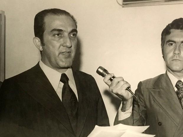 Jornalista Phelippe Daou proferindo seu discurso no ato de inauguração, acompanhado do jornalista José Augusto Proque da Cunha, em 1º de setembro de 1972 (Foto: Arquivo Rede Amazônica)