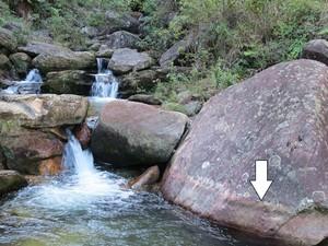 Seta aponta a redução do nível de água captada pela Estação de Tratamento de Àgua (ETA) do Itacolomy  (Foto: Divulgação/Semae)