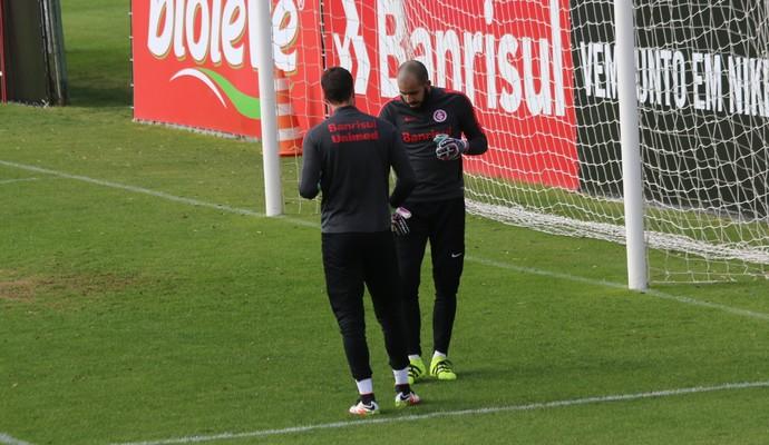Danilo Fernandes treino do Inter (Foto: Tomás Hammes/GloboEsporte.com)