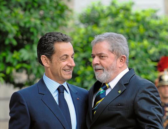 O ex-presidente Luiz Inácio Lula da Silva e  o ex-presidente frances Nicolas Sarkozy (Foto:  Gonzalo Fuentes/REUTERS)