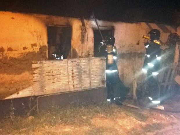 Homem teve casa incendiada após suposto estupro na Bahia  (Foto: Divulgação / Bombeiros)