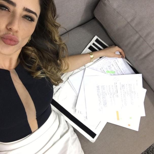 Fernanda Vasconcellos estudando as falas de Bruna, da novela Haja Coração  (Foto: Reprodução/ Instagram)