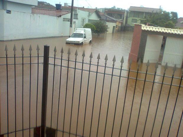 Chuva provoca pontos de alagamentos em Itajubá. (Foto: Lucimara Oliveira)
