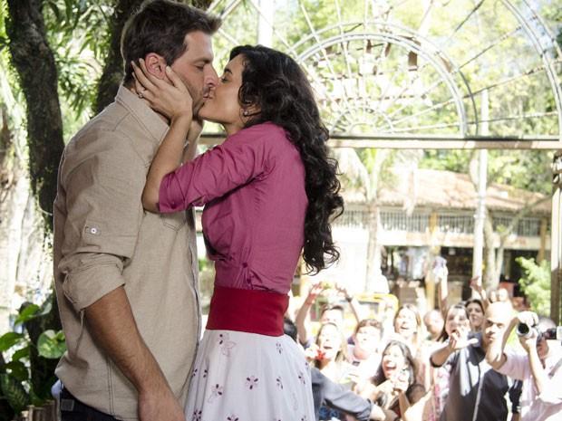 Cristal dá um beijão em Cassiano (Foto: Divulgação/TV Globo)