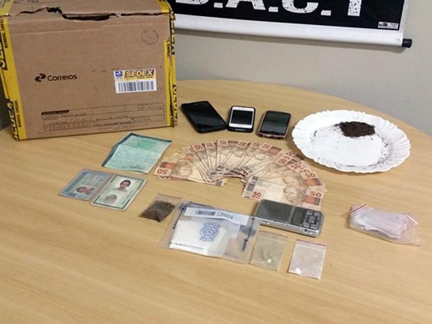 Droga estava dentro de pacote que veio pelo Sedex em Poços; outros materiais também foram apreendidos (Foto: Reprodução EPTV)