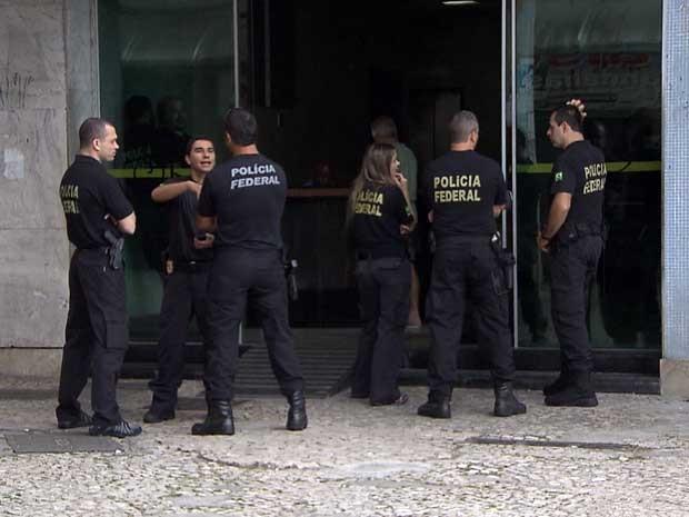 Policiais federais em frente de prédio no bairro do Comércio, em Salvador (Foto: Imagem/TV Bahia)