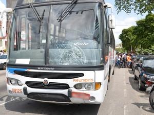 Com a violência do impacto, o parabrisa do ônibus ficou danificado  (Foto: Walter Paparazzo/G1)