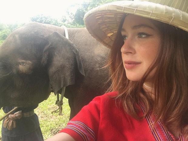 Marina Ruy Barbosa com elefante na Tailândia (Foto: Instagram/ Reprodução)
