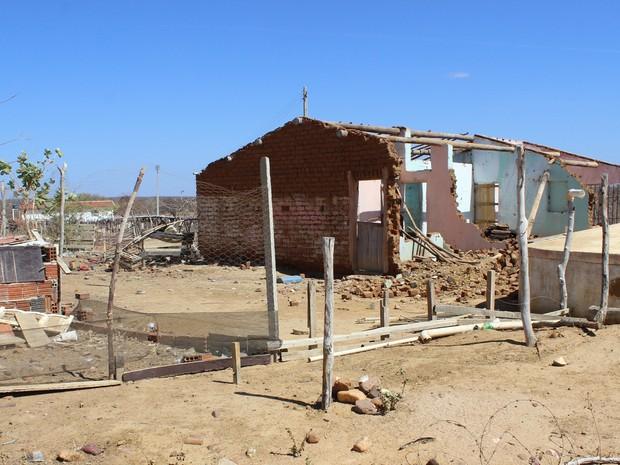 Algumas casas chegarão a ser derrubadas após o início das obras (Foto: Patrícia Andrade/G1)