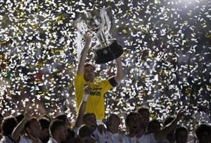 Foto (Foto: Casillas ergue o troféu de campeão espanhol - Reuters)