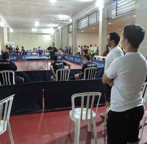 Mesatenistas de Venceslau (branco) observam partida dos prudentinos (Foto: Gabriela Correia / GloboEsporte.com)