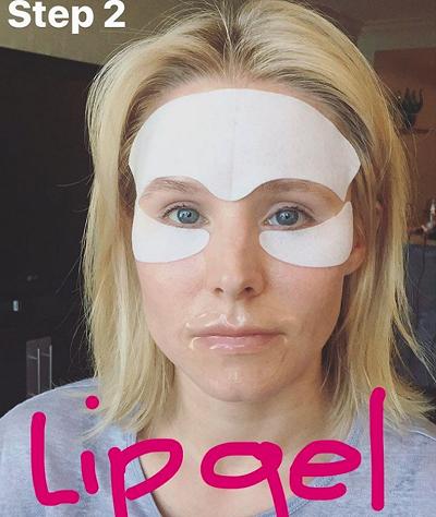 A atriz Kristen Bell usa máscaras ao redor dos olhos e nos lábios antes de se preparar para o Emmy (Foto: Reprodução)
