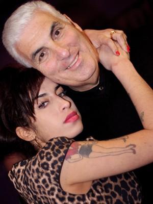 Amy Winehouse com seu pai Mitch (Foto: Divulgação/Site oficial)