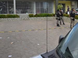 Homem foi assassinado no bairro Miramar em João Pessoa  (Foto: Walter Paparazzo/G1)