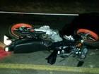 Dupla morre após bater moto em carro e ser atropelada por caminhão