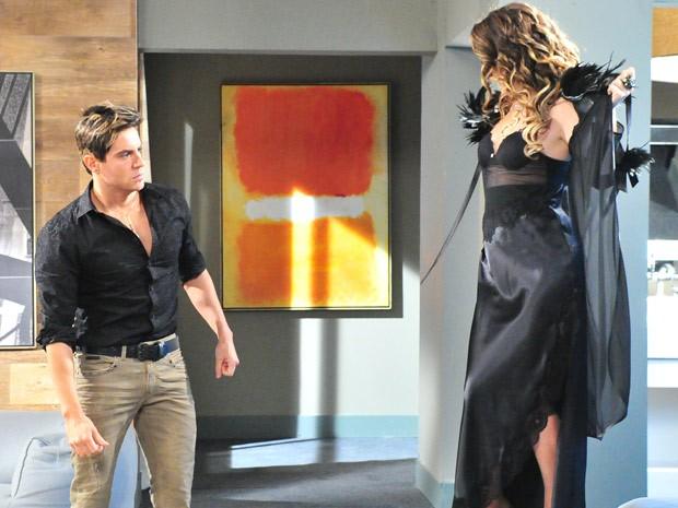Chayene sensualiza com Inácio achando que ele é o verdadeiro Fabian (Foto: Cheias de Charme / TV Globo)