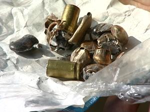 A polícia recolheu munição de dois tipos diferentes de armas (Foto: Reprodução/TV Gazeta)