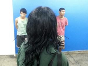 Na delegacia, mãe da vítima encarou suspeitos (Foto: Divulgação/Polícia Civil)