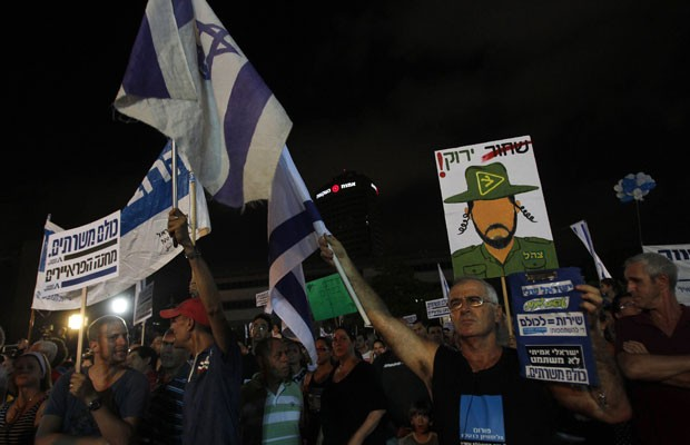 Manifestantes participam de protesto pela alteração da política de alistamento militar obrigatório no país, em Tel Aviv, no sábado (7) (Foto: Baz Ratner/Reuters)