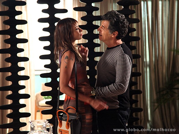 Zelândia procura Caetano na Barra e joga charme para o empresário (Foto: Jacson Vogel / TV Globo)