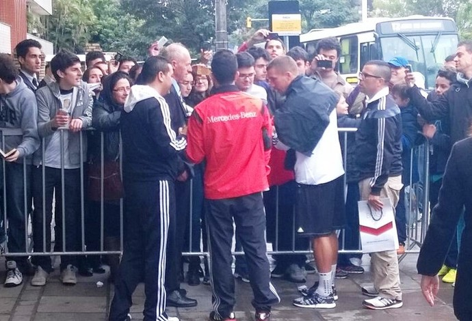 Podolski volta ao hotel da Alemanha (Foto: Thiago de Lima/GloboEsporte.com)