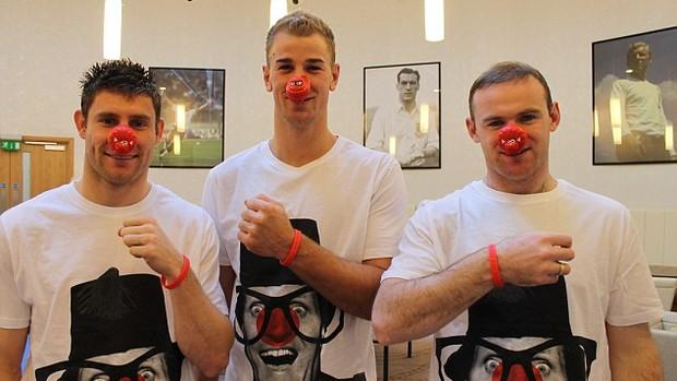 James Milner, Joe Hart e Wayne Rooney vestiram a camisa da ação (Foto: Reprodução/Daily Mail)