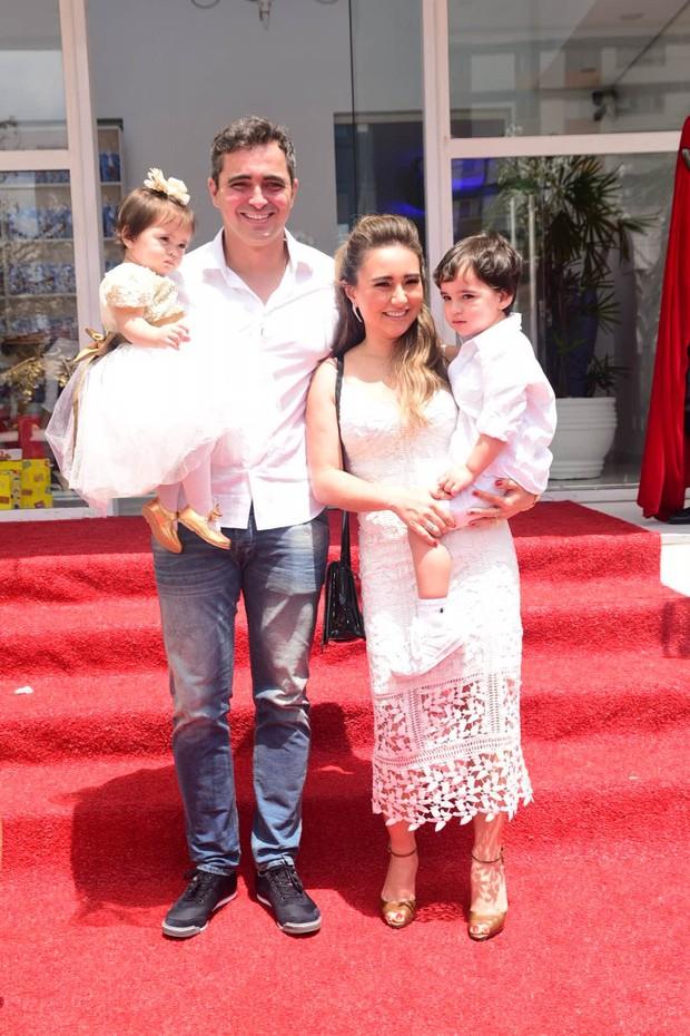 Karina Sato comemora aniversário de 1 ano de sua filha Manuela (Foto: Leo Franco / AgNews)