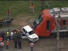 Carro invade trilho, é atingido por trem e motorista morre em SP