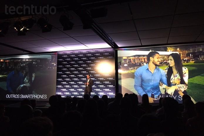 Galaxy S6 e Galaxy S6 Edge sendo apresentados no Brasil pelo diretor sênior de Mobilidade da Samsung no Brasil, Antônio Quintas (Foto: Fabrício Vitorino/TechTudo)