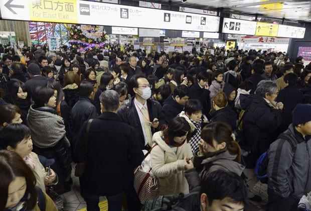 Passageiros se aglomeram em estação de trem no Japão após serviços de transporte serem suspensos; terremoto atingiu o país e causou alerta de tsunami nesta sexta (7) (Foto: Kyodo/Reuters)