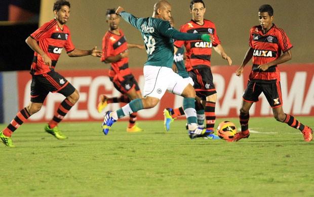 Walter Goiás x Flamengo (Foto: Carlos Costa / Ag. Estado)