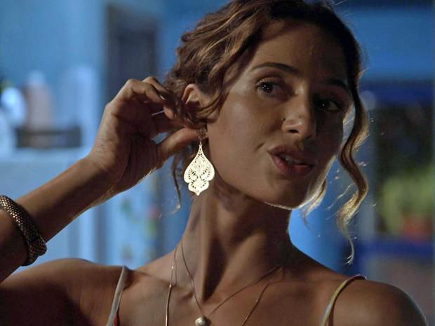 Regina usa lindos brincos da Rommanel (Foto: TV Globo)
