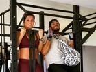 Deborah Secco exibe barriguinha da gravidez em exercício com namorado
