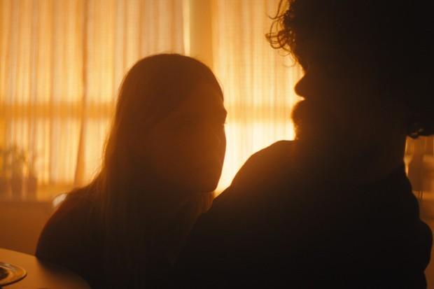 "Elle Fanning e Peter Dinklage em ""I Think We're Alone Now"" (Foto: reprodução)"
