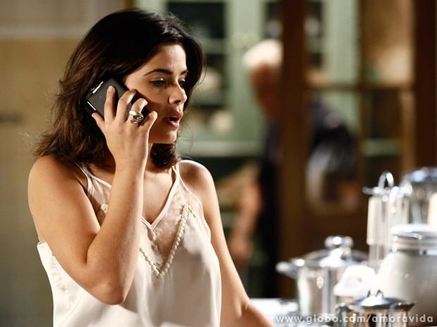 Aline fica possessa ao telefone. César escuta parte da conversa... (Foto: Inácio Moraes / TV Globo)