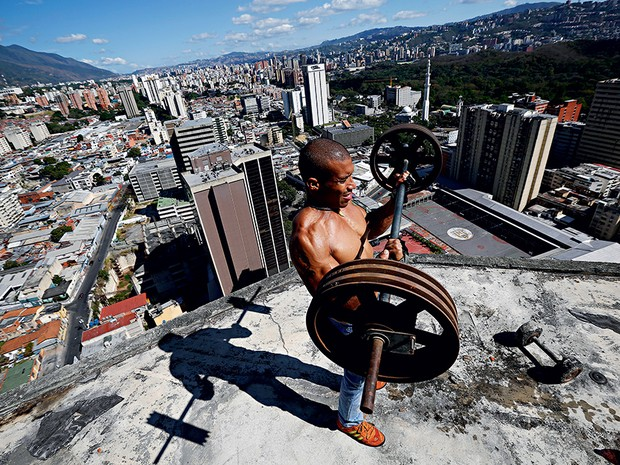 3. O morador Gabriel Rivas  levanta pesos no  28o andar do prédio (Foto: Jorge Silva)