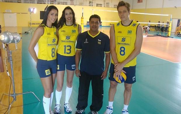 Harlei com atletas do da Seleção (Foto: Reprodução/Facebook)
