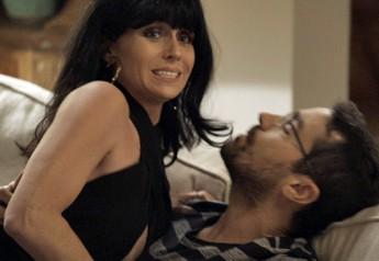 Atena se arrisca por missão e seduz Faustini (Foto: TV Globo)