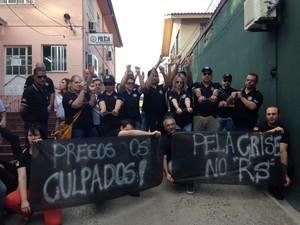 Policiais Civis usam algemas em protesto em Santa Maria, RS (Foto: Tiago Guedes/RBS TV)