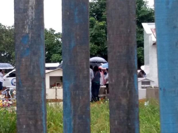 Corpos de mãe e filha vítimas de acidente com Teori Zavascki foram enterradas em Juína (Foto: Eduardo Kotaki/TVCA)