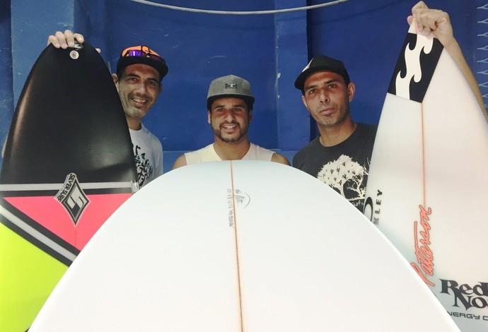 Italo Ferreira, ao centro, posa entre os shapers, Tico e Teco (Foto: Fábio Maradei)