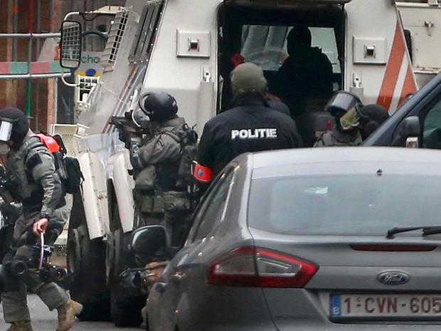 Polícia realiza operação de segurança em Molenbeek, um bairro de Bruxelas, na Bélgica (Foto: REUTERS/Francois Lenoir)