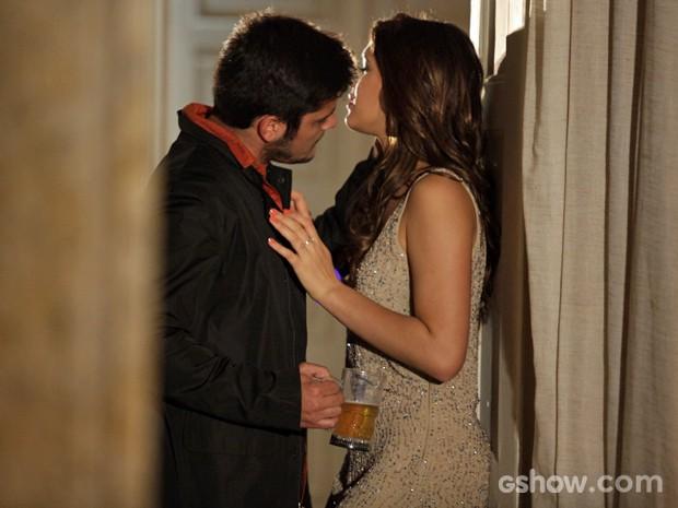 André e Luiza parecem estar íntimos novamente (Foto: Pedro Curi/ TV Globo)