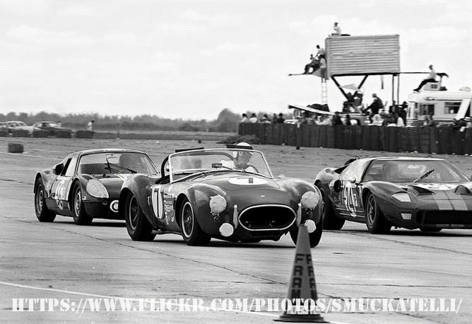 Jackie Stewart em Sebring? Sim, e em dupla com Graham Hill no Ford GT40 MK I #24, na foto fazendo uma ultrapassagem dupla no Cobra Shelby, de  John Bentley, Arte Latta e Herb Byrne e no Porsche 904 de Jacques Duval e Horst Kroll.  (Foto: Reprodução/Sam Rosenthall)