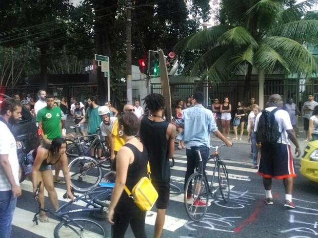 Protesto fechou a Rua São Clemente (Foto: Nicolás Satriano / G1)