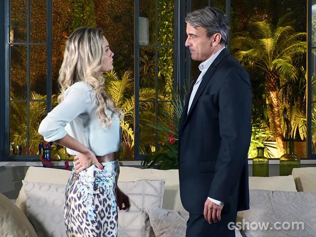 Thomaz gosta de ver que Heloísa está com ciúmes deles (Foto: Além do Horizonte/TV Globo)